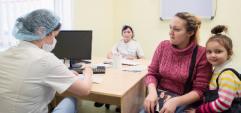 Врачи общей практики стали принимать около половины пациентов поликлиник