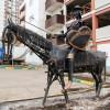 Хитроумный идальго Дон Кихот Ламанчский у гаражей на Южнопортовой улице. На щите надпись «Дульсинея»