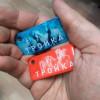 В московском метро органиченным тиражом выпустили красные брелоки «Тройка». Их всего 2000, но можете попытаться успеть найти себе такой! Брелоки «Тройка» работаю точно так же, как обычные карточки.